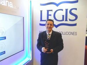 Jorge Atehortúa con el Premio 2015